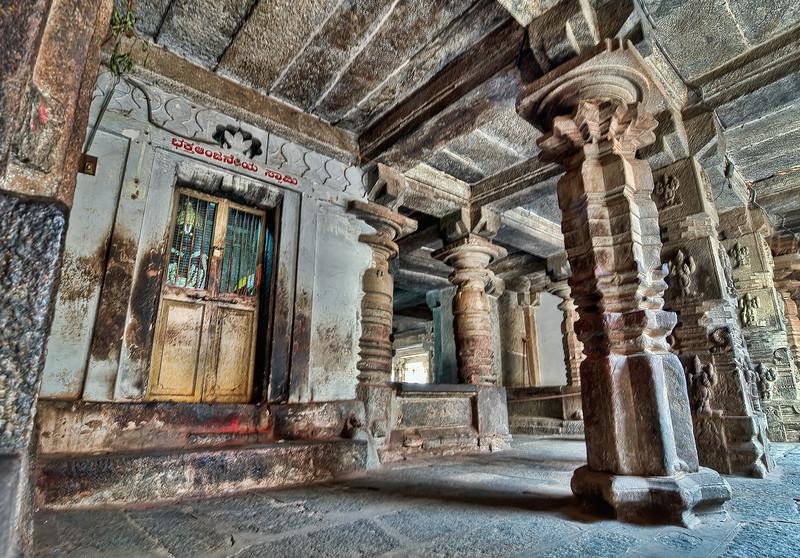 Inside_temple_ruins_near_Mysore-India.jpg