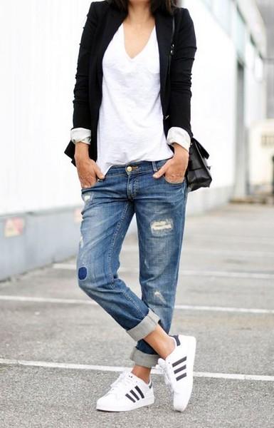 Woman / Torn Jeans / Urban / Cool