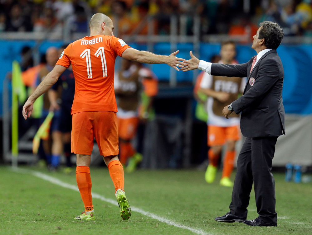 . Netherlands\' Arjen Robben touches hands with Costa Rica\'s head coach Jorge Luis Pinto during extra time in the World Cup quarterfinal soccer match between the Netherlands and Costa Rica at the Arena Fonte Nova in Salvador, Brazil, Saturday, July 5, 2014. (AP Photo/Natacha Pisarenko)