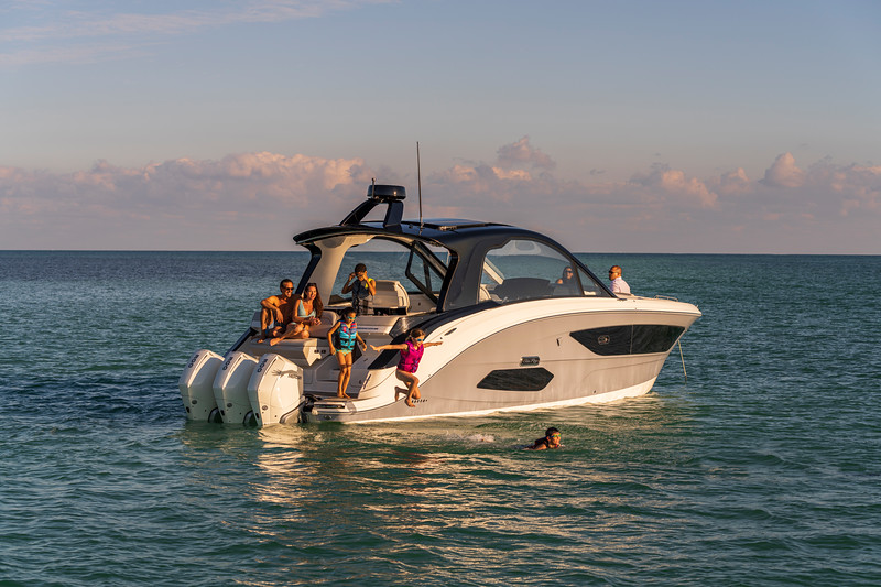 2021-Sundancer-370-Outboard-DAO370-lifestyle-starboard-stern-three-quarter-family-life-jacket-jumping-swimming-00184.jpg