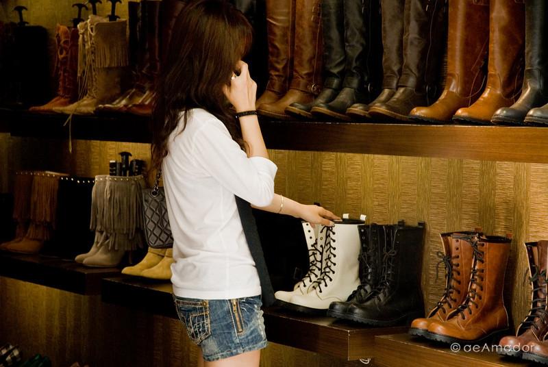 aeamador©-HK08_DSC0040      Hong Kong. Kowloon. Tsim Sha Tsui.  Chic girls wear boots.