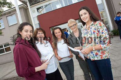 Students Alana McKenna, Aine Malone and Kerrie Fegan are pictured with VP Siobhan Bradley and Eileen Fearon Chair Board of Govenors. R1535003