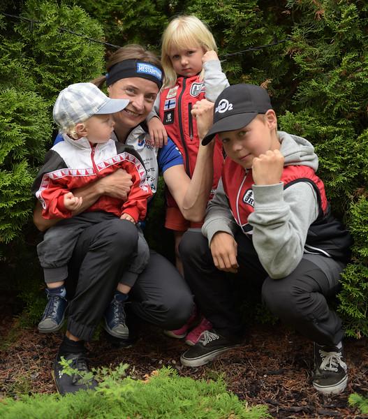 Merja Rantanen ja lapset Urho (1v, sylissä), Elna (5v, takana) ja Otto (12v). Kuva: Pirjo Valjanen