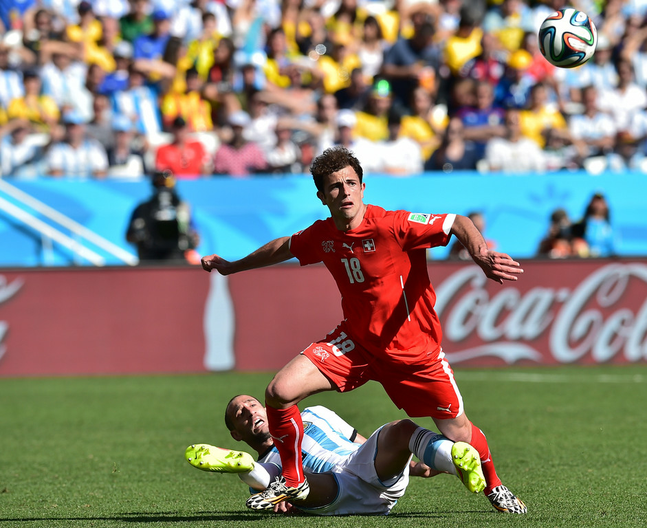 . Argentina\'s defender Pablo Zabaleta (L) and Switzerland\'s forward Admir Mehmedi vie for the ball during a Round of 16 football match between Argentina and Switzerland at Corinthians Arena in Sao Paulo during the 2014 FIFA World Cup on July 1, 2014.  (NELSON ALMEIDA/AFP/Getty Images)