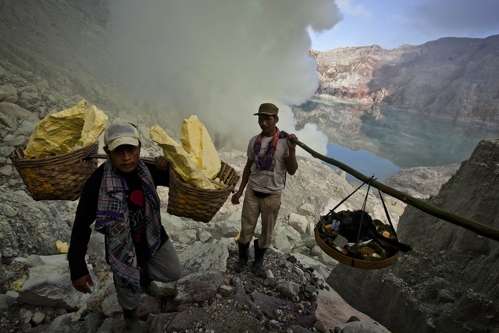 . Miners carry a goats head for burial in the crater as part of an annual offering ceremony on the Ijen volcano on December 17, 2013 in Yogyakarta, Indonesia. (Photo by Ulet Ifansasti/Getty Images)