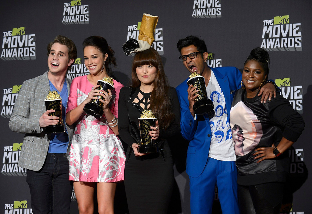 """. Cast members from \""""Pitch Perfect\"""" pose with their awards for best musical moment backstage at the 2013 MTV Movie Awards in Culver City, California April 14, 2013. From left: Adam Devine, Alexis Knapp, Hana Mae Lee, Utkarsh Ambudkar and Ester Dean.  REUTERS/Phil McCarten"""