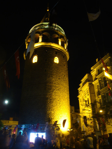 When I finally returned to my hostel, I was delighted to discover a top jazz band doing a world tour. They were performing at the base of the Galata Tower. I spent a very pleasant evening there :)