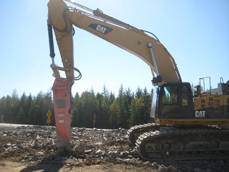 NPK E240A hydraulic hammer on Cat excavator (3).jpg