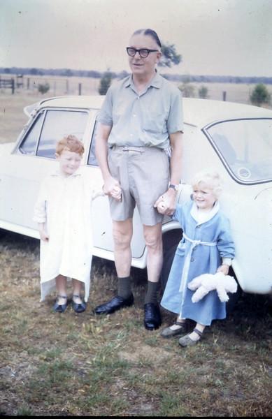 1968-1-9 (7) David 4 yrs 1 mth, Susan 2 yrs 5 mths with Alex.JPG