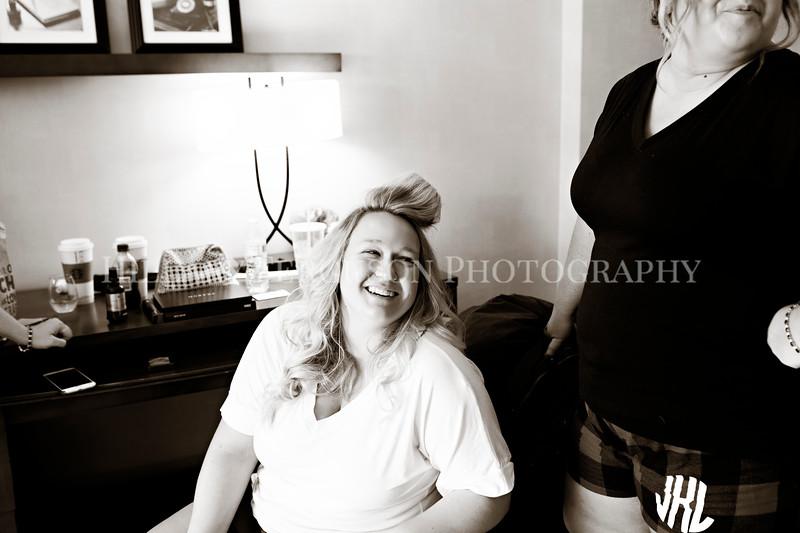 Hillary_Ferguson_Photography_Melinda+Derek_Getting_Ready037.jpg