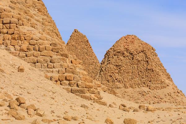 Nu 5 Malonaqen (links), Nu 7 Karakamani (mitte), Nu 8 Aspelta (rechts), Nuri, Sudan