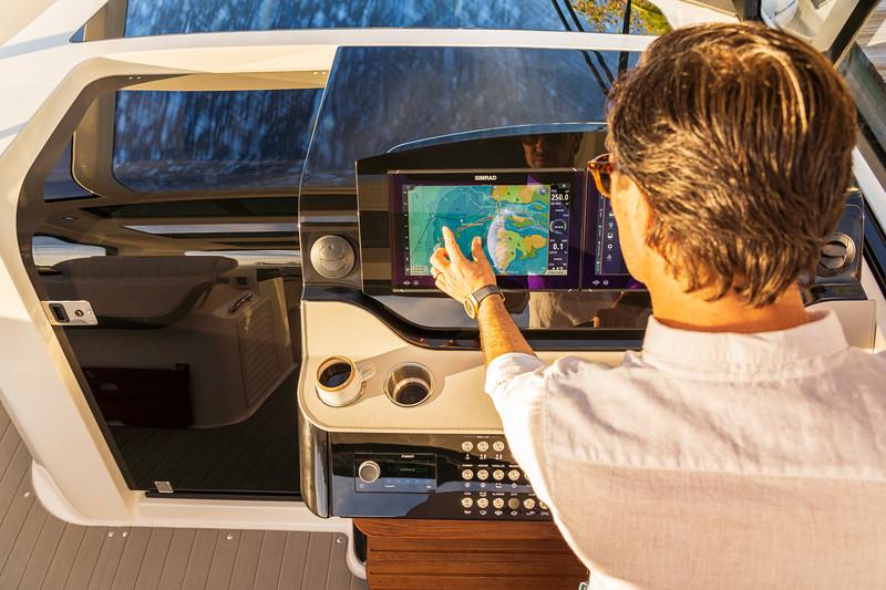 2021-Sundancer-370-Outboard-DAO370-lifestyle-hand-man-helm-dash-Simrad-06729.jpg