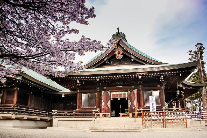 Biking Japan's Kibiji Trail, you'll see traditional Japanese buildings like Kibitsuhiko Shrine.