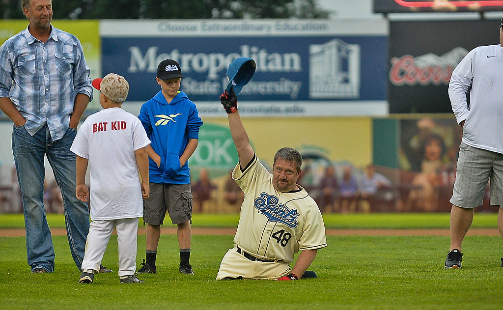 . Former Saints player Dave Stevens greets the crowd. (Pioneer Press: Ben Garvin)