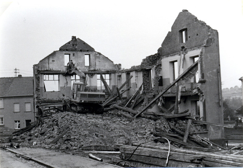 bilder_vom_abbriss_obere.alte.schule_erbaut1870_abgerissen1971 (3).jpg