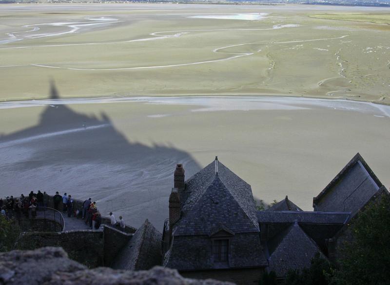 Klosterkirkens skygge strekker seg over lavvansslettene (Foto: Ståle)