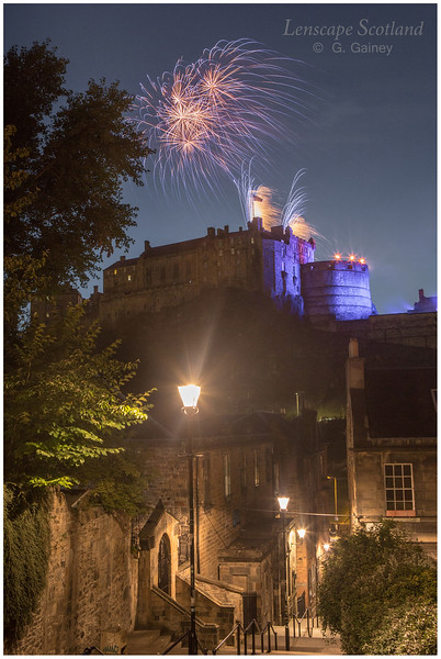 Fireworks over Edinburgh Castle from the Vennel (6)