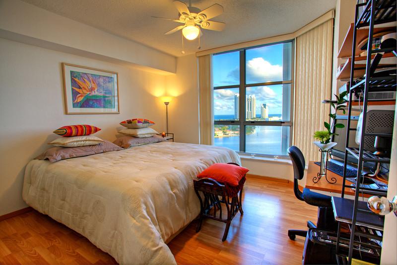 Guest Bedroom with view to Inter-coastal/ Quarto de Hospedes com vista para Intercostal