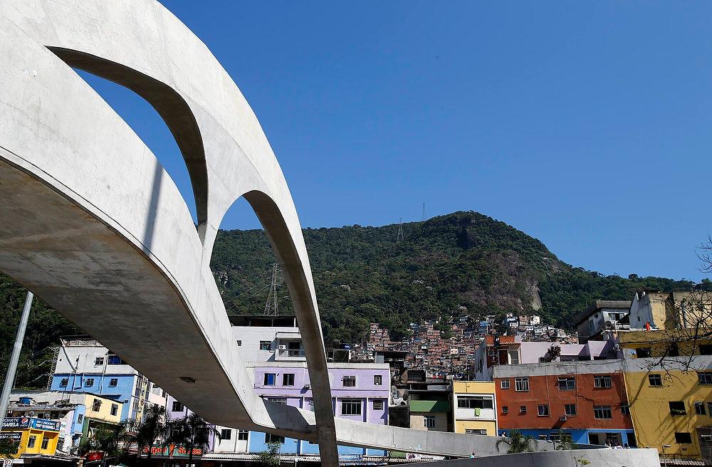 . A view of the footbridge designed by renowned Brazilian architect Oscar Niemeyer in the Rocinha slum in Rio de Janeiro December 6, 2012. REUTERS/Sergio Moraes