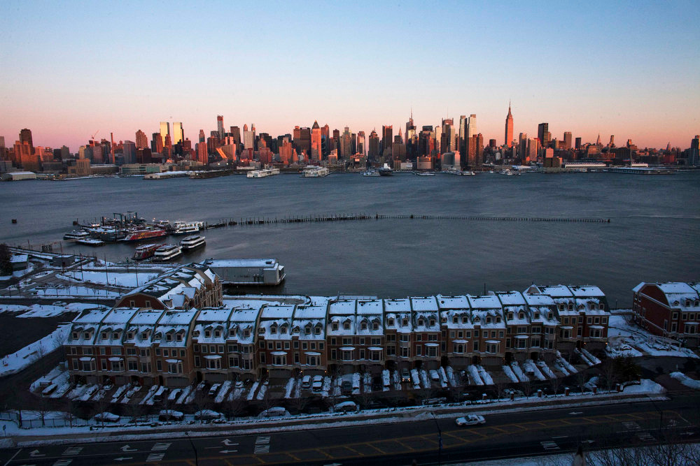 . The skyline of New York is seen after the winter storm from the side of Weehawken in New Jersey, February 9, 2013. A blizzard packing hurricane-force winds pummeled the northeastern United States on Saturday, killing at least one person, leaving about 600,000 customers without power and disrupting thousands of flights. REUTERS/Eduardo Munoz