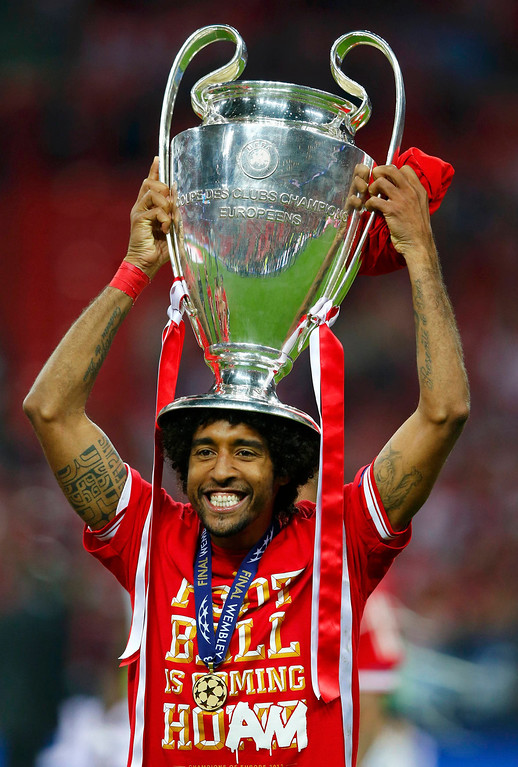 . Bayern Munich\'s Dante celebrates with the trophy after defeating Borussia Dortmund in their Champions League Final soccer match at Wembley Stadium in London May 25, 2013.              REUTERS/Michael Dalder