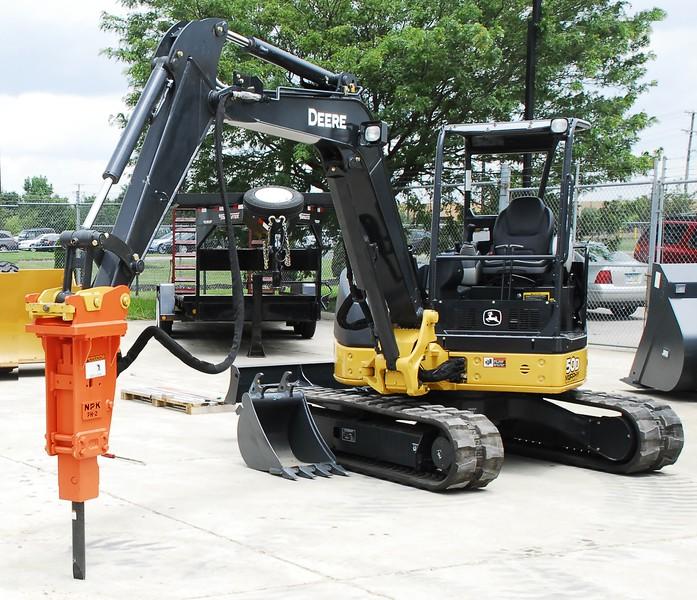 NPK PH2 hydraulic hammer with standard bracket on Deere mini excavator (8).JPG