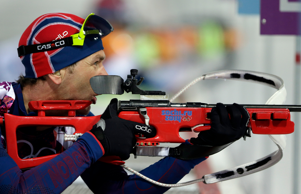 . Norway\'s Ole Einar Bjoerndalen gets ready to shoot during the men\'s biathlon 10k sprint, at the 2014 Winter Olympics, Saturday, Feb. 8, 2014, in Krasnaya Polyana, Russia. (AP Photo/Lee Jin-man)