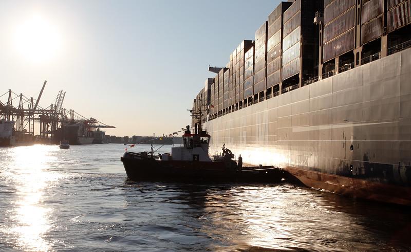 BUGSIER 2 drückt Containerschiff an den Burchardkai