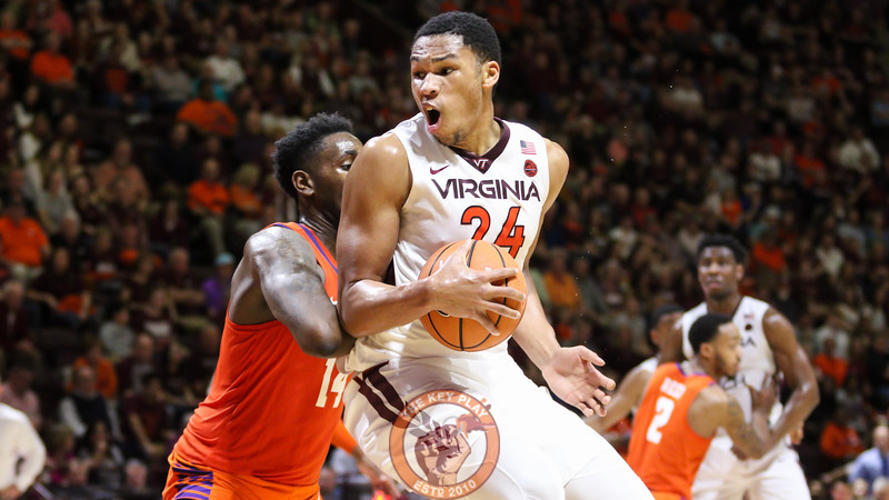 Kerry Blackshear Jr. attempts to spin his way underneath the basket in the second half. (Mark Umansky/TheKeyPlay.com)