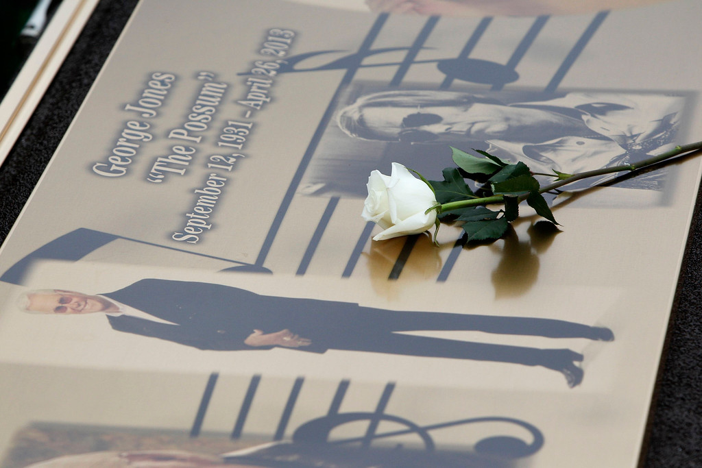 . A white rose lies on the casket of country music legend George Jones, after his grave side service at Woodlawn-Roesch-Patton  Memorial Park in Nashville, Tennessee, May 2, 2013.  REUTERS/Harrison McClary