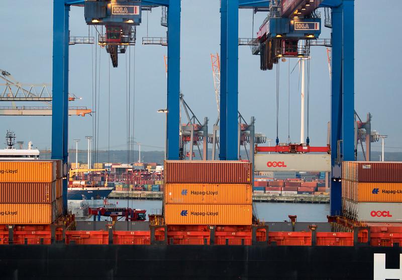 Und Containerbrücken bei der Entladung Athabaskakai Hamburg