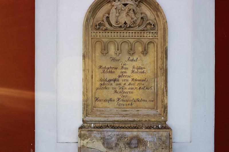Náhrobní deska na kapli, která připomíná, že zde odpočívá hraběnka Rebekka z Harrachu, rozená z Hohenembsu, narozena 16. dubna 1745 (ve skutečnosti ovšem 1742), jež zemřela 17. dubna 1806 ve Vídni.