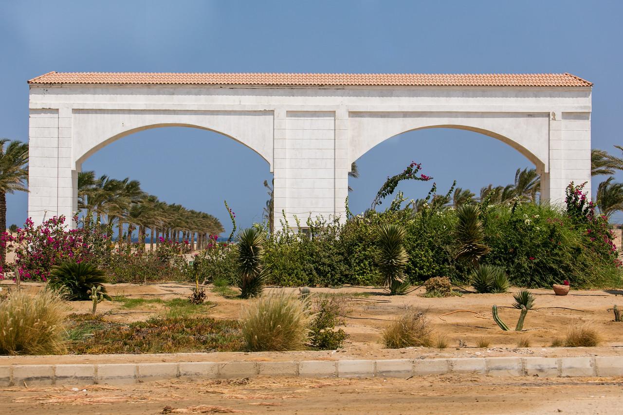 Egipt; Krajobraz; PrzezOknoAutobusu; Safari; pustynia; Brama do resortu turystycznego