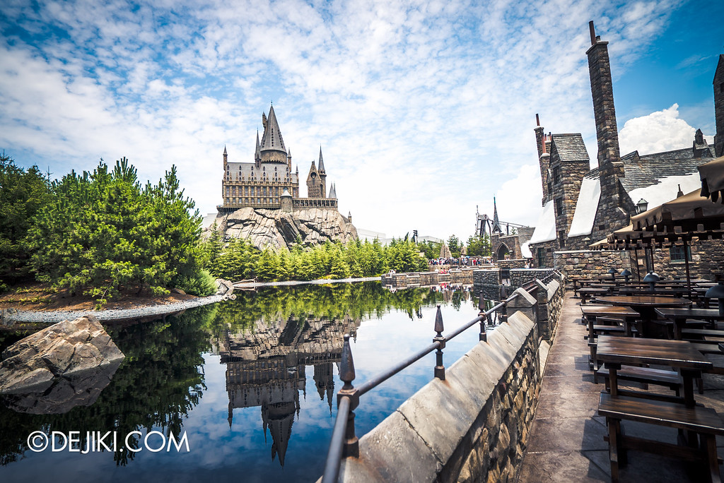 Universal Studios Japan - The Wizarding World of Harry Potter - Three Broomsticks outdoor seating with view of Hogwarts Castle