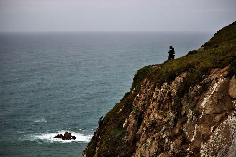 Mohla by to být velmi romantická fotka, nebýt toho, že ti dva riskovali takřka doslova život (vítr je tu poměrně silný) a lezli na místa, kam byl rozhodně vstup zakázán... Prostě turisti.