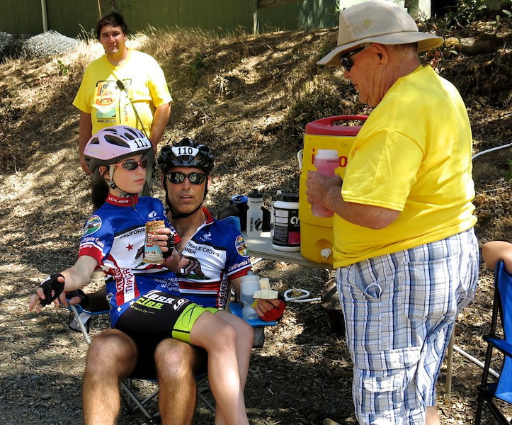 Father-daughter tandem team and Gerry Peterson at Big Canyon water stop (courtesy Roger Kohn)