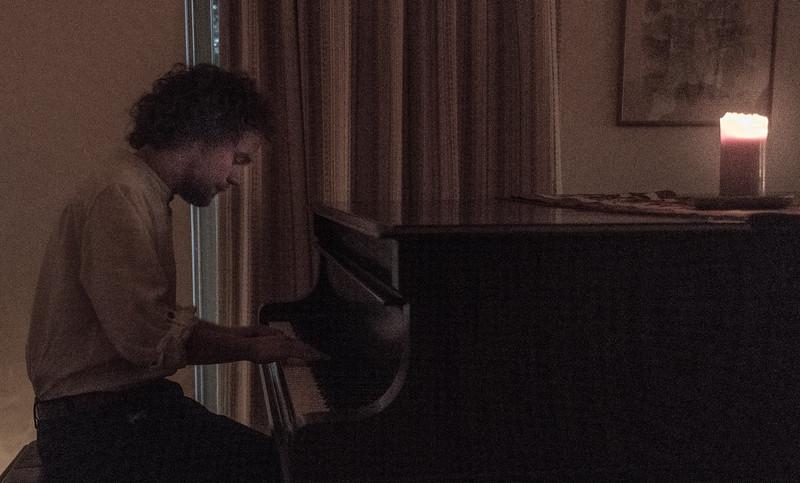 Alex Campbell's candle-lit concert