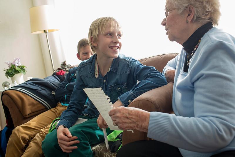 oorlog in mijn buurt, leerlingen van de rijk kramerschool interviewen mevrouw Dijkstra en haar nicht  over de oorlog, 9 maart 2015, foto: Katrien Mulder