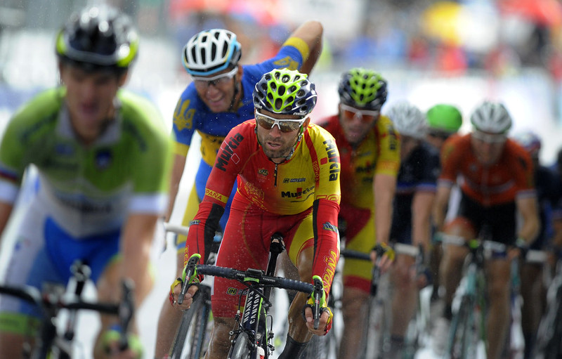 . Spain\'s Alejandro Valverde (C) rides with the pack during the men\'s road race at the 2014 UCI Road World Championships in Ponferrada on September 28, 2014. Valverde took third place of the race.  MIGUEL RIOPA/AFP/Getty Images