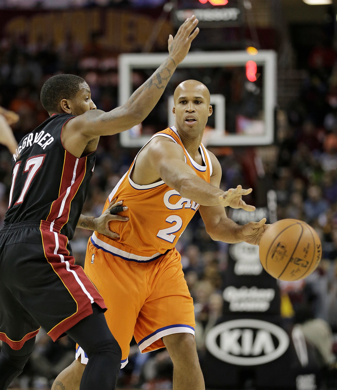 . Cleveland Cavaliers\' Richard Jefferson, right, passes around Miami Heat\'s Rodney McGruder in the first half of an NBA basketball game Friday, Dec. 9, 2016, in Cleveland. (AP Photo/Tony Dejak)