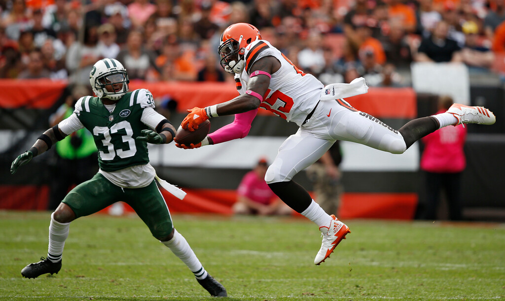 . Cleveland Browns tight end David Njoku (85) makes a pass reception against New York Jets strong safety Jamal Adams (33) during the second half of an NFL football game, Sunday, Oct. 8, 2017, in Cleveland. (AP Photo/Ron Schwane)