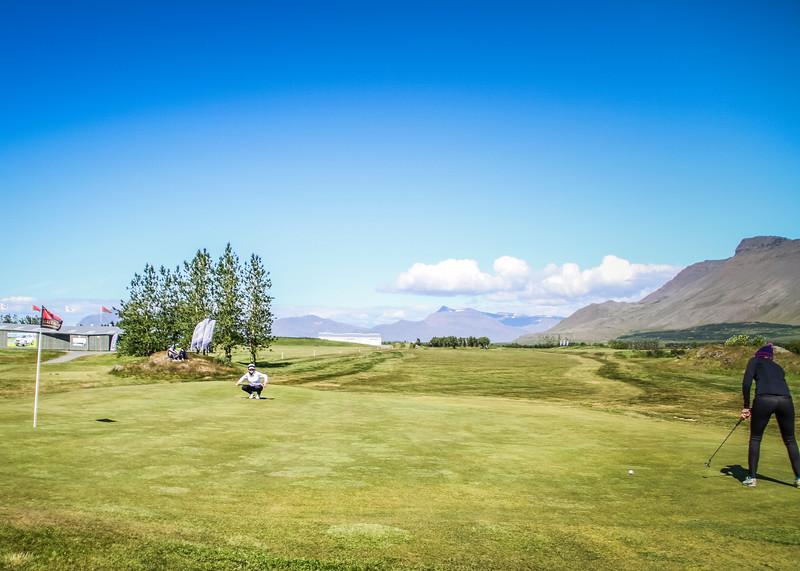 Anna Sólveig Snorradóttir, GK og Hulda Clara Gestsdóttir, GKG á 9. flöt á Garðavelli.  Mynd/seth@golf.is