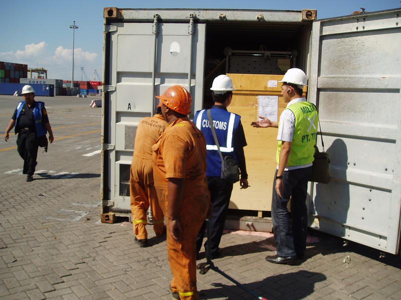Controle in dehaven van Surabaya
