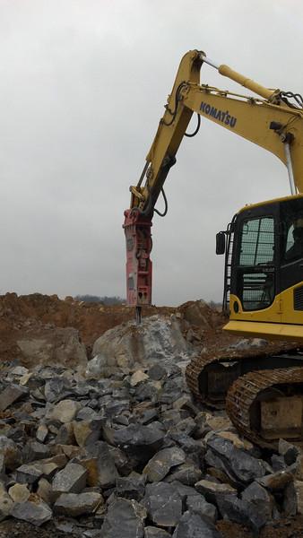 NPK GH10 hydraulic hammer on Komatsu excavator (5).jpg