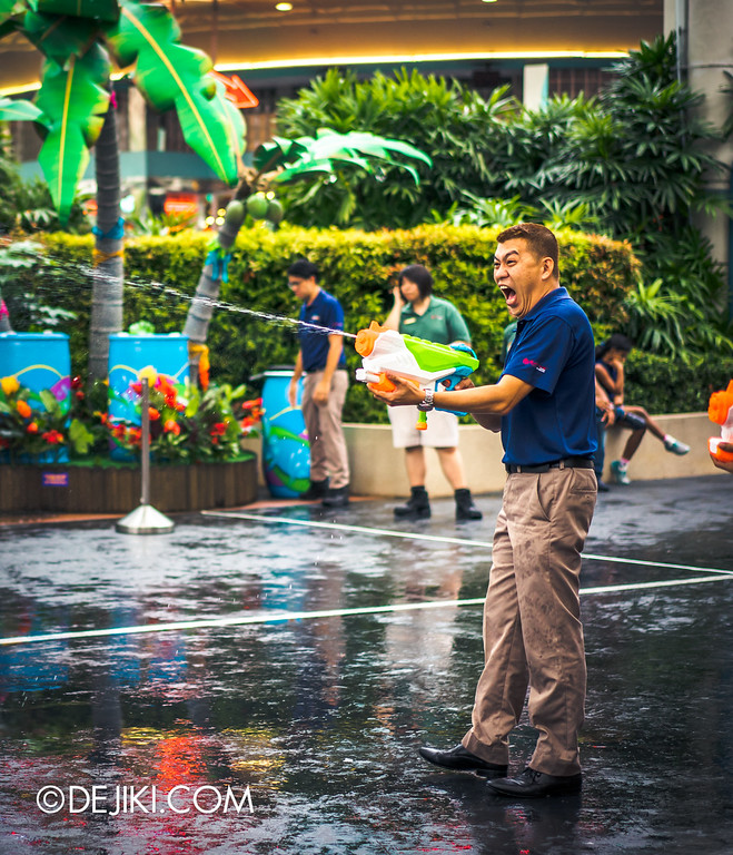 Universal Studios Singapore - Park Update May 2016 / Universal Studios Singapore Soak Out Water Party - Park staff water gun