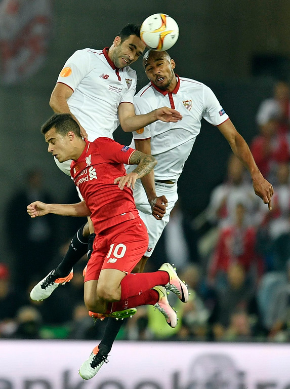 . Liverpool\'s Philippe Coutinho, center, loses out to Sevilla\'s Adil Rami, left, and Steven N\'Zonzi during the Europa League final soccer match between Liverpool and Sevilla in Basel, Switzerland, Wednesday, May 18, 2016. (AP Photo/Martin Meissner)