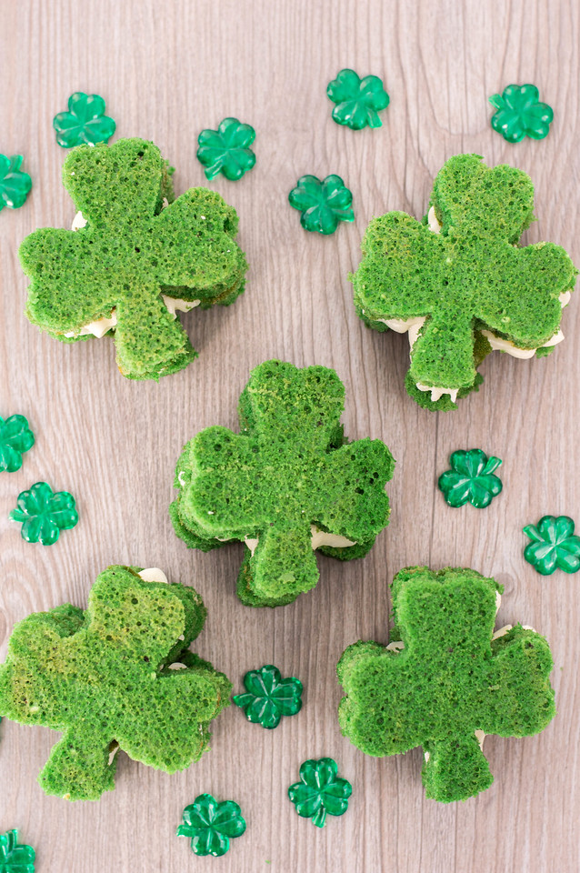 These St Patrick Whoopie Pies are so adorable! Whoopie pies are always in style, and these green ones are sure to be a hit for the upcoming holiday! #recipe