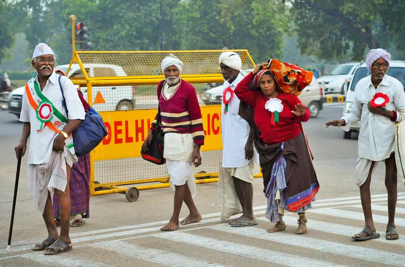 Elderly farmers come to Delhi.