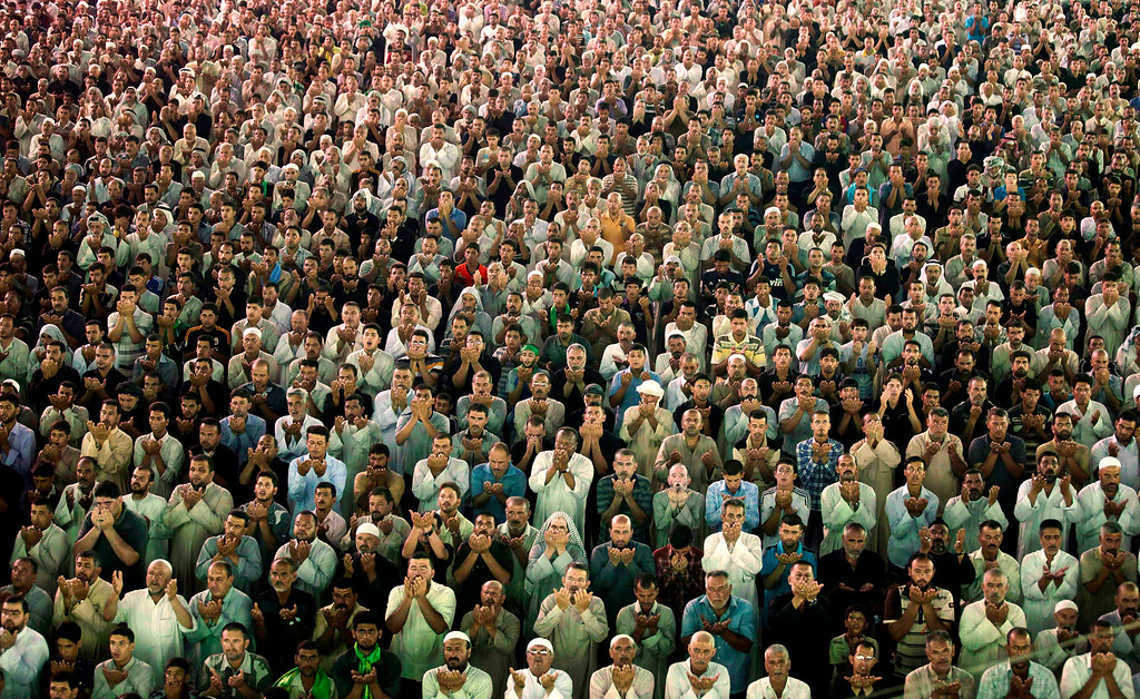 . Shiite pilgrims pray at the Imam Moussa al-Kadhim shrine during the annual commemoration of the Saint\'s death, in the Shiite district of Kazimiyah, in Baghdad, Iraq, Monday, June 27, 2011. (AP Photo/Hadi Mizban)