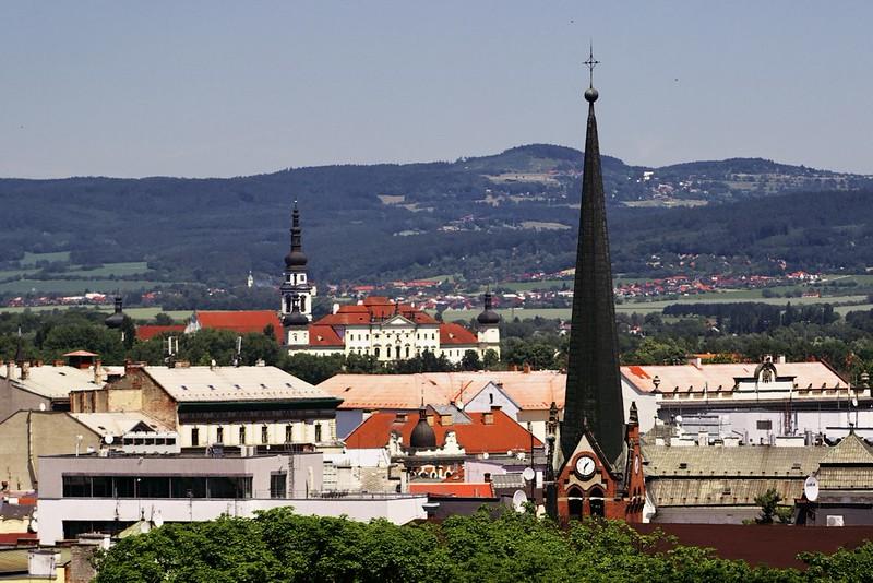 """Vpředu věž """"červeného kostela"""", vzadu Klášterní hradisko"""